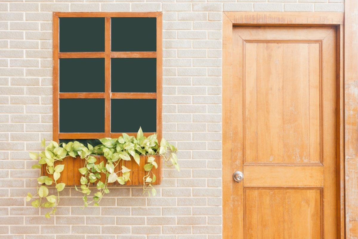 Koka logi un durvis ir augstas kvalitātes un tie tiek ražoti no ekoloģiski tīra materiāla