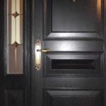Mūsdienīgas durvis ir ne tikai ar labiem siltuma saglabāšanas un drošības parametriem, bet arī ir svarīgs interjera dizaina elements